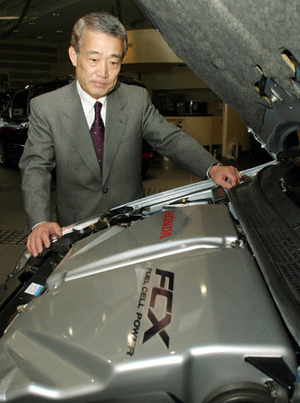 رئیس شرکت هوندا در کنار مدل اف سی ایکس