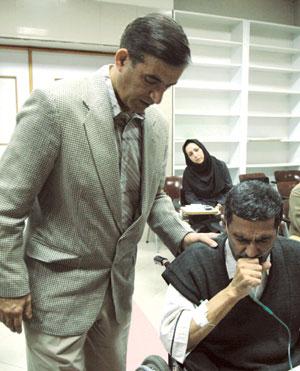 دکتر عباسی رئیس بخش پیوند با یکی از بیماران