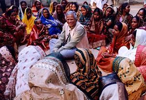 یونس در میان زنان وامگیرنده از بانک گرامین در بنگلادش