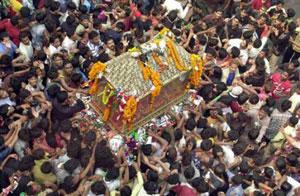 -پاول رحمان/آسوشیتدپرس- عزاداران در بنگلادش در زیر  ماکت تابوت امام حسین