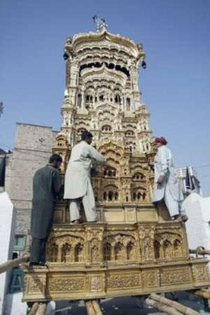 مسلمانان سنی در مولتان پاکستان در حال آماده کردن ماکت حرم امام حسین -عاصم تنویر/رویترز