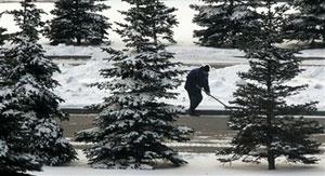 یک کارگر شهرداری مسکو خیابانهای مسکو ر از برف پاک میکند (AP Photo/Ivan Sekretarev)