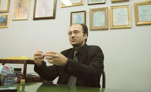 در سال 1998 یکی از دانشجویان دکتر رفیعی به نام دکتر فرید درکوش به دانشگاه لایدن رفت و در آنجا تزش را با موضوع انتقال داروهای پپتیدی از راه خوراکی زیر نظر دکتر رفیعی و پروفسور هانس یونگینگر، رئیس دپارتمان سیستمهای دارو رسانی دانشگاه لایدن گذراند. در جریان این تز 2 پلیمر جدید ساخته شد، به نامهای هیدروژل پرسوراخ یا SPH  و SPHC  که به صورت مکانیکی باعث جذب خوراکی داروهای پپتیدی میشود. این دو پلیمر در سال  1999 در اروپا و در سال 2001 به صورت بینالمللی به ثبت رسیدند.