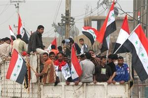 هواداران مقتدا صدر به طرق مختلف خود را به نجف برسانند. در عکس تعدادی از این افراد سوار بر یک ماشین باربری با پرچمهای کشورشان به سوی نجف در حرکتاند. بسیاری دیگر با پای پیاده این مسیر را طی کردند