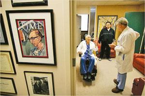 دکتر دبیکی یکی از مشهورترین جراحان قلب که خود وی نخستین مورد عمل ترمیمی موفقیتآمیز شکاف آئورت را در سال 1955 انجام داده است
