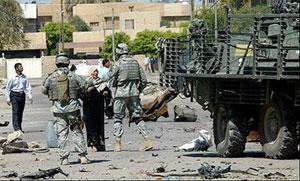 در پی حمله انتحاری در بغداد که منجر به انتشار گاز سمی شد، سربازان آمریکایی محل را تحت کنتر ل خود در آوردند.در عکس یک سرباز آمریکایی مانع از تردد یک زن عراقی در نزدیکی محل انفجار شده است