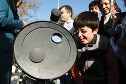 فکرش را هم نمی کردید که بشود لنگ ظهر به خورشید نگاه کرد، نه؟ اما این تلسکوپ به شما امکان می دهد که در طول روز قوس خورشید را تماشا کنید.