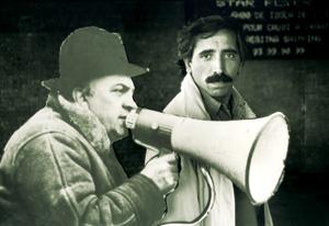 محسن مخملباف در کنار تابلویی مقوایی از فدریکو فلینی/ 1996