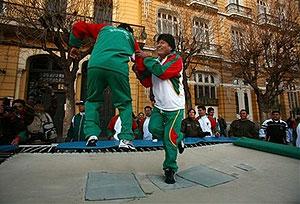 مورالس به همراه یکی از ملی پوشان فوتبال بولیوی بر ترامپولین به انجام حرکات ورزشی میپردازد