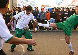 مورالس در ارتفاع 3.600 متری با مقامات و فوتبالیستهای بولیویایی در یک مسابقه فوتبال