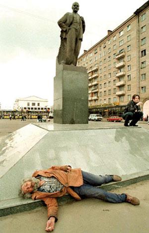 مرد مرده کنار مجسمه لنین