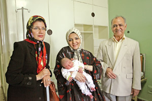 دکتر حسین الماسیان، هیپنوتراب و دکتر رویاخدایی متخصص زنان در کنار آیدا حسنلو و فرزندش