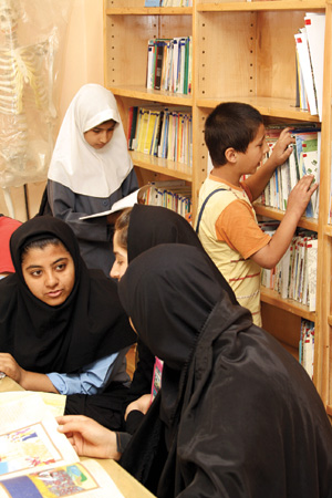 این کتابخانه فسقلی هیچ وقت از روز خالی نمیشود. همیشه تعدادی از بچهها دارند بین کتابها چرخ میزنند. هر چه باشد، خیلی بهتر از چرخ زدن در خیابانهاست.