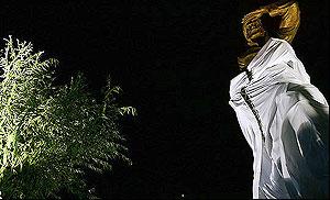تندیس فردوسی که در کتابخانه ملی نصب شد 8 متر طول و10 تن وزن دارد و از جنس برنز است