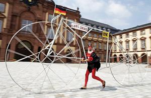 کارل دریس آلمانی با همین لباس عجیب و بزرگ ترین دوچرخه دنیا، الان 32 سال متوالی است که در تور دو فرانس حضور دارد