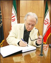 دکتر جلال خالقی مطلق در حال امضای شاهنامه ای که خود تصحیح کرده است