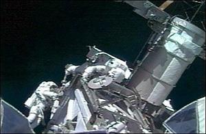 ریک ماستراچیو از آمریکا و دیو ویلیامز دو فضانورد ایندیور شنبه اولین راهپیمای فضایی را در ایستگاه بینامللی فضایی انجام دادند