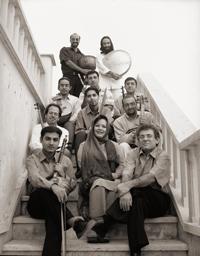 بیژن کامکار در کنار سایر اعضای گروه مهتاب پس از خواندن آلبوم سایه روشن مهتاب