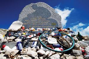 این بنای یادبود تام سمپسون دوچرخهسوار انگلیسی است که سال 1967 بر اثر خستگی زیاد در مرحله سیزدهم توردوفرانس مرد. رسم است که هر سال دوچرخهسواران قسمتی از وسایلشان را کنار این بنا بگذارند.
