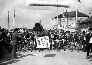 صحنه شروع اولین دوره مسابقات توردوفرانس در سال 1903، از جلوی هتل رویل ماتین.