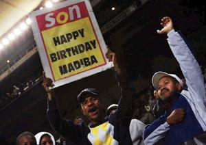 روی پلاکارد نوشتهشده «هی پسر، تولد مادیبا مبارک».