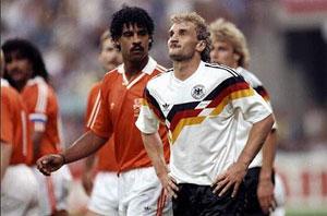 فولر در کنار فرانک رایکارد در جام جهانی 1990  ایتالیا