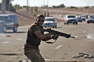 جیمی فاکس در نمایی از فیلم قلمرو که درباره یک افسر پلیس آمریکایی در عربستان با محتوای رقیق شده سیاسی است
