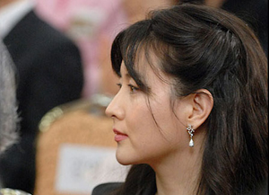 لی یونگ- آئه در مراسم دریافت مدال لیاقت فرهنگ کره جنوبی در سوم سپتامبر 2007