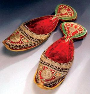 روزی روزگاری پاپوشاین هم نقاشی رضا عباسی و یک کفش میخ دار قدیمی. احتمالا قدیمیترین کفش میخ  دار ایران و جهان و مناسب کار یک چوپان. به ته کفش با دقت نگاه کنید.