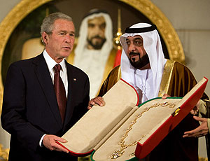 Sheikh Khalifa bin Zayed al-Nahayan presents a sash to US President George W. Bush 13 January 2008