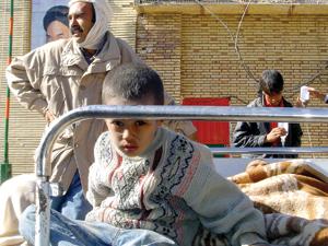 بیمارستان امام خمینی بم، ساعت 8 بامداد؛  2 ساعت بعد از وقوع زلزله. نمای بیرونی بیمارستان، نمای داخلی بیمارستان.