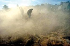 گورستان بم به بیابان راه داشت؛ برای همین هم راحت جای توسعه داشت. زمین اینبار با قربانیان زلزله مهربانی کرد و آنها را در دل خود جای داد.