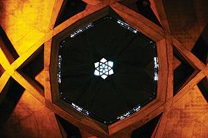همه نقشهای داخلی برج، تلفیقی از سنت و مدرنیسم است. سقف طبقه دوم را که نگاه کنی، این تلفیق را بهتر نشان میدهد.