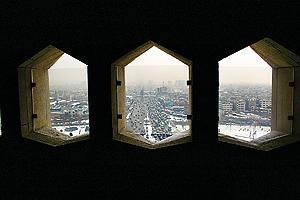 پنجرههای خاکستری و کندو شکل پیشانی برج را دیدهاید؟ اینجا پشت همان پنجرههاست و خیابان روبهرو هم آزادی است.