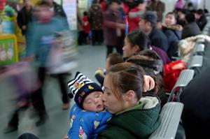 والدبن چینی با کودکان بیمارشده در زمستان بیسابقه در انتظار دکتر- AFP