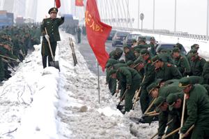 سربازان ارتش چین در حال پاک کردن جادهها- AFP