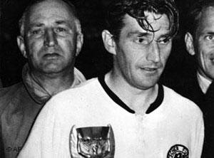 فریتس والتر کاپیتان تیم ملی فوتبال آلمان، قهرمان جهان در سال ۱۹۵۴