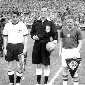 فریتس والتر(چپ)، کاپیتان تیم ملی آلمان و فرانس پوشکاش، کاپیتان تیم ملی مجارستان قبل از شروع فینال جام جهانی 1954.