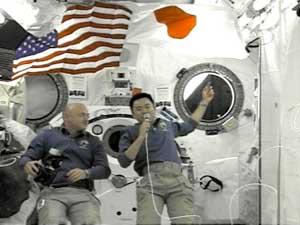 فضانورد ژاپنی در ایستگاه فضایی به همراه مارک کلی آمریکایی - afp