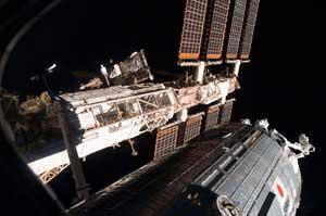 نمایی از ایستگاه فضایی که آزمایشگاه ژاپنی به آن متصل است