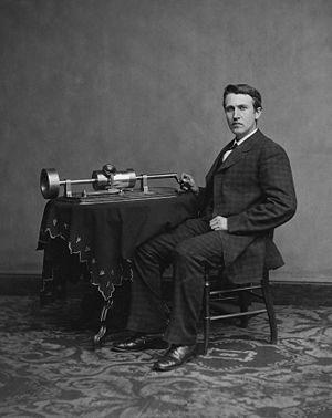 توماس ادیسون در کنار دستگاه فونوگراف
