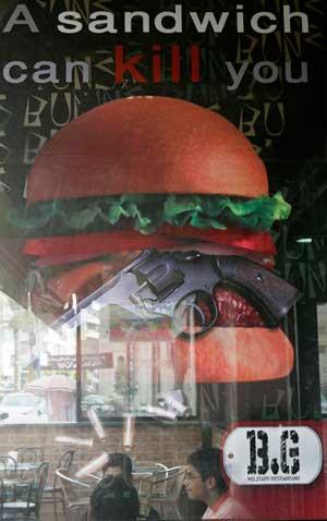 نمایی از داخل رستوران بانز اند گانز در بیروت /رویترز