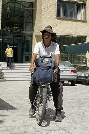 دو چرخه تایسوکه با دارو و لوازم یدکی که همراه خود میبرد 70 کیلو وزن دارد. او در این 10 سالی که دچرخه سواری میکند 73 بار لاستیک و 10 باز زنجیر چرخ عوض کرده است