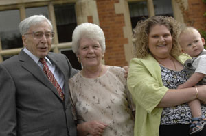 لوئیس براون و فرزندش کامرون و مادرش لسلی در کنار رابرت ادواردز - AFP