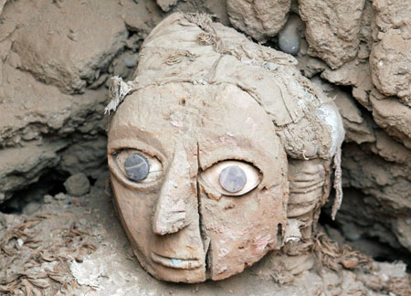 A mask from a mummy of the Wari prehispanic culture is seen inside a recently discovered tomb in Lima's Huaca Pucllana ceremonial complex August 26, 2008. REUTERS