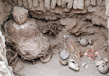 A mummy of the Wari prehispanic culture is seen inside a recently discovered tomb in Lima's Huaca Pucllana ceremonial complex August 26, 2008. REUTERS