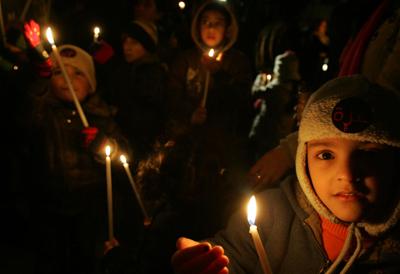 کودکان فلسطینی  در ساحل غربی حمایت خود را از مرد م غزه نشان میدهند - AFP