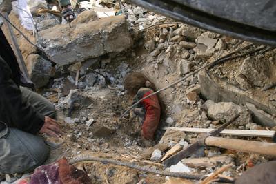 جنازه دختر فلسطینی زیر آوار در غزه - AFP