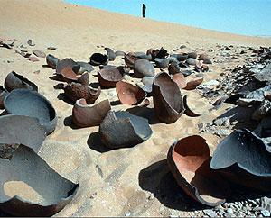 در میان اولین شواهدی که در نزدیکی محل بقایای لشکر کمبوجیه کشف شد، میتوان به چشمههای آب ساخته بشر که اکنون خشک شدهاند و تعداد زیادی کوزه آب اشاره کرد که در شنها مدفون شدهاند.