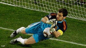 ایکر کاسیاس، دروازبان اسپانیا، در حال مهار ضربه پنالتی